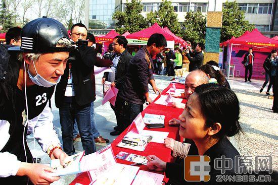 郑州市劳动保障培训就业指导中心副主任王淑云向大学生讲解创业政策